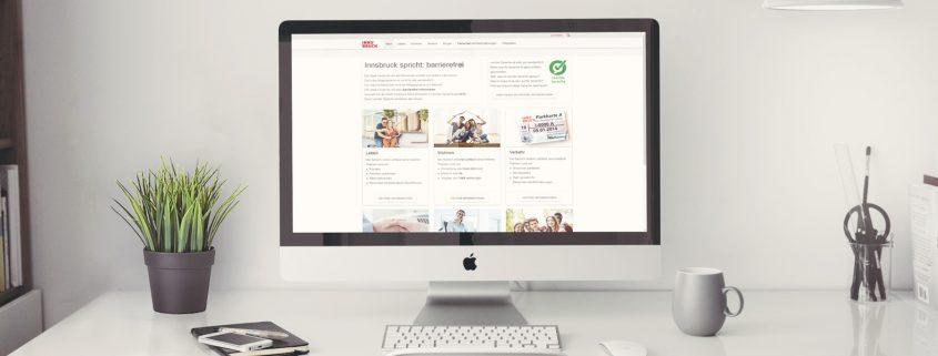 Bildschirm auf einem Schreibtisch - man sieht die Leichte Sprache Startseite der Stadt Innsbruck