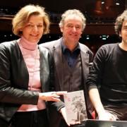 Im Bild, v.l.: Dagmar Grohmann, (Leiterin der Öffentlichkeitsarbeit), Alexander Rainer (Leiter des Orchesterbüros), Francesco Angelico (Chefdirigent) und Peter Polzer (Betriebsratsvorsitzender)