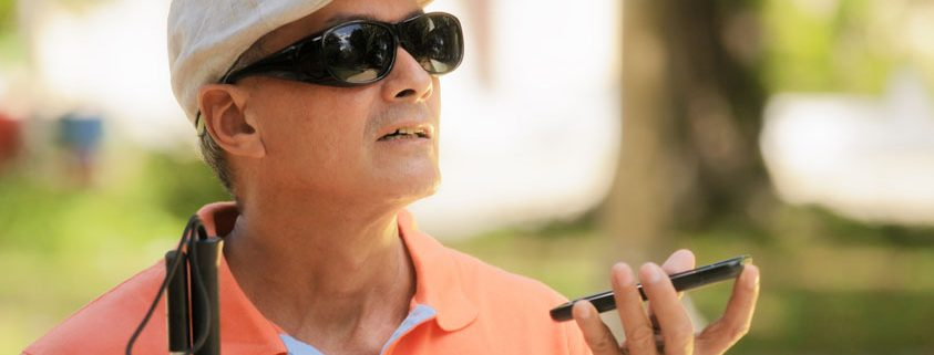 Eine blinde Person nutzt die Sprachausgabe ihres Smartphones